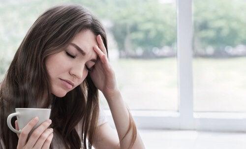 Mulher enfrentando emoções difíceis