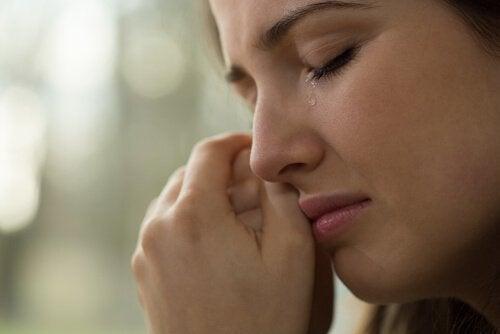 Mulher chorando expressando suas emoções