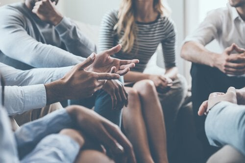 Grupo discutindo com serenidade