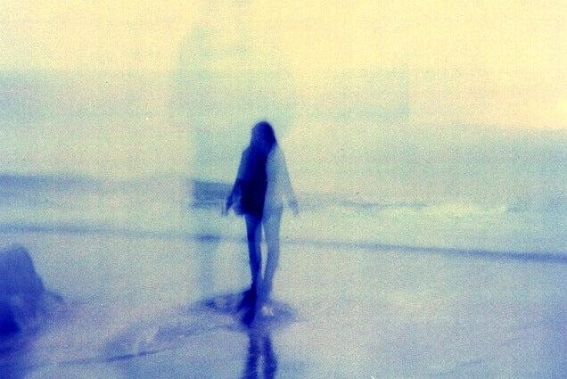 Mulher lidando com o sentimento da desilusão