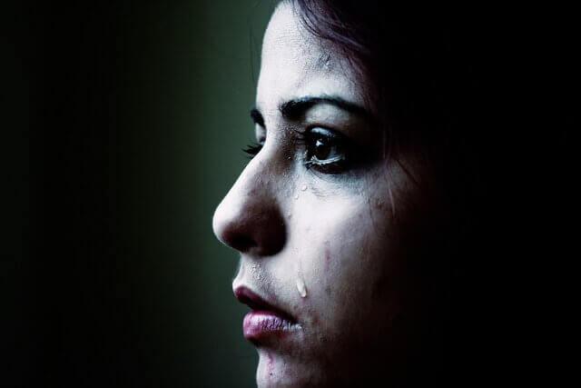 Mulher sentindo tristeza