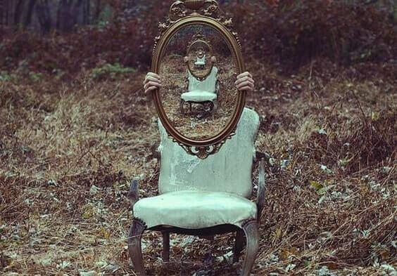 Cadeira e espelho