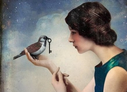 Mulher com passarinho segurando chave