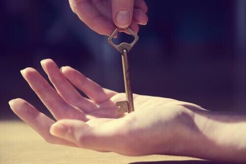 Mão recebendo chave