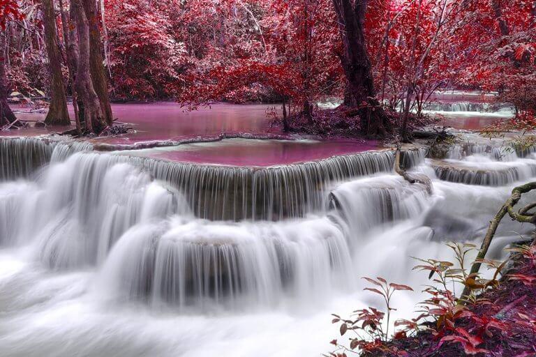 Cachoeira em floresta vermelha