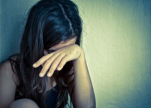 Jovem chorando sentindo dor emocional