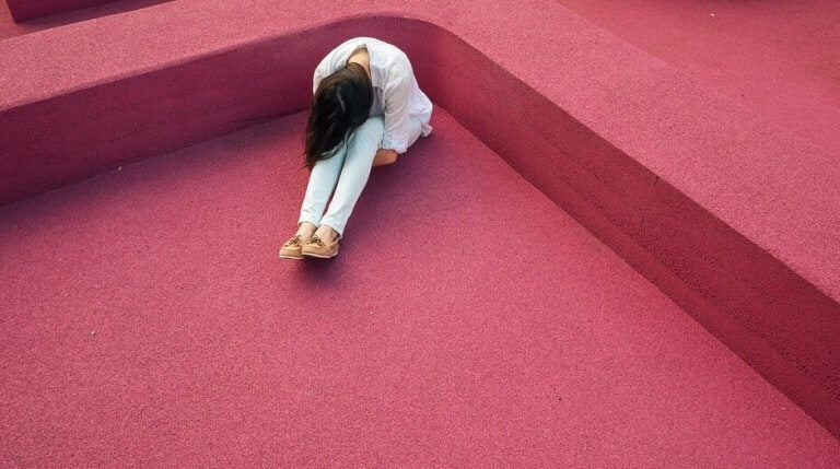 Mulher sentindo dor crônica