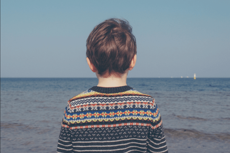 Menino observando o mar