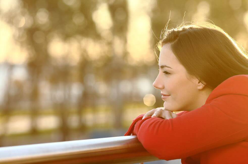 Mulher com pensamentos positivos