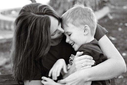 Mãe abraçando seu filho