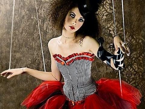 Marionete representando manipulação dos vampiros emocionais