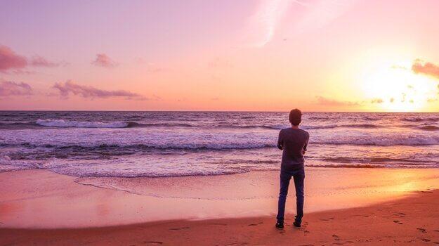 Homem refletindo sobre o apego