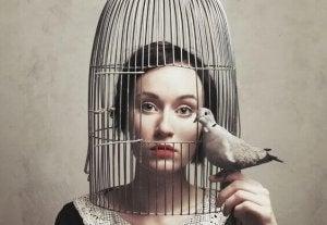 Mulher com cabeça em gaiola