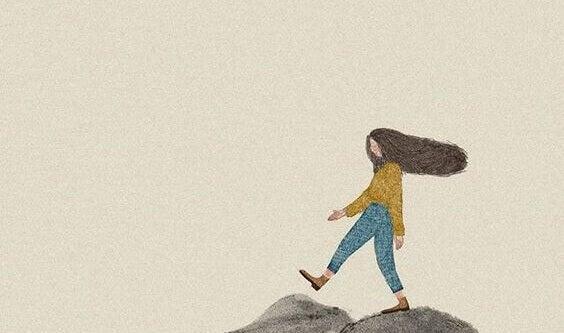 Mulher caminhando eliminando o estresse