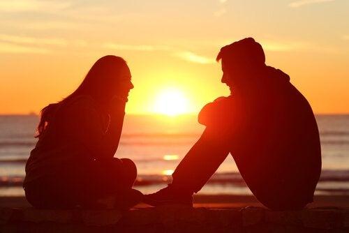Casal conversando no por do sol