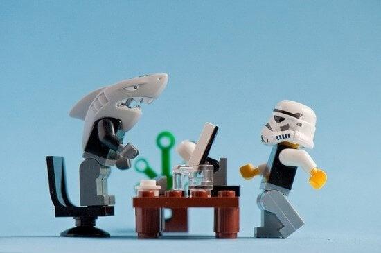 Chefe tóxico com cabeça de tubarão