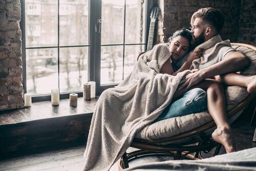Casal aproveitando um dia de inverno em casa
