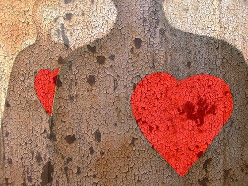 Corações vermelhos em figuras de pedra