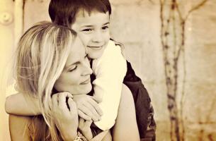 Mãe que quer ensinar habilidades emocionais aos filhos