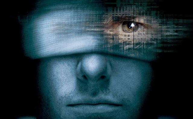 Homem vendado com um olho à mostra