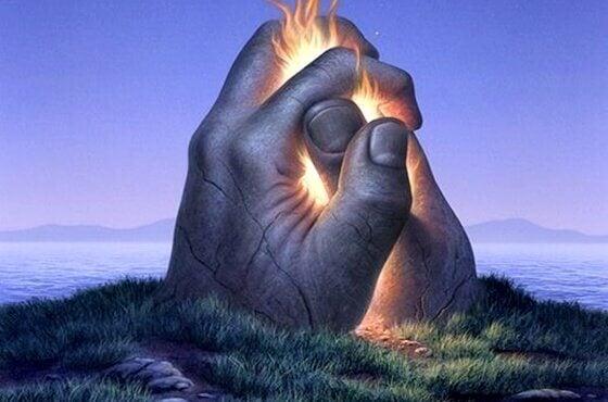 Mãos unidas com fogo no meio