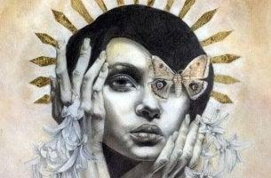 Mulher com borboleta cobrindo um dos olhos