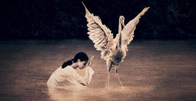 Menina com ave
