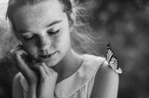 Menina pensando em como alcançar a felicidade