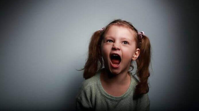 Menina diagnosticada com esquizofrenia infantil