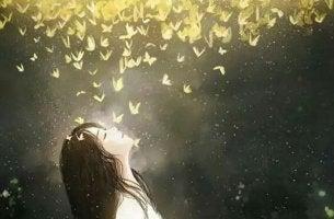 Menina sob nuvem de borboletas