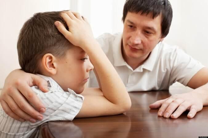 Menino com esquizofrenia infantil