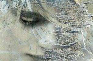Mulher que sofre de ansiedade antecipatória