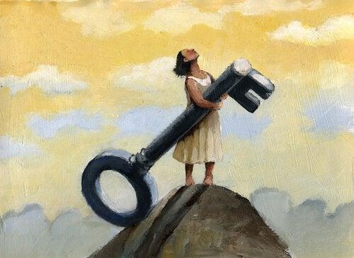 Mulher segurando chave e olhando para o céu