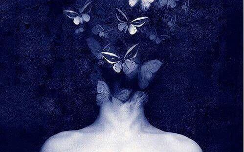 Mulher com borboletas no cabelo