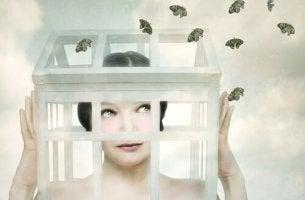 Mulher com caixa na cabeça e borboletas