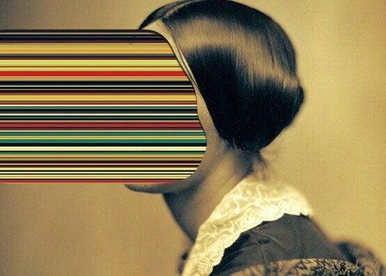 Mulher com rosto de listras coloridas