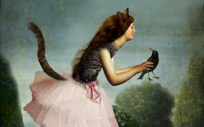 Menina com rabo de gato segurando pássaro