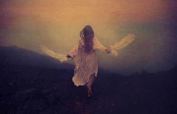 Mulher correndo com plumas nas mãos
