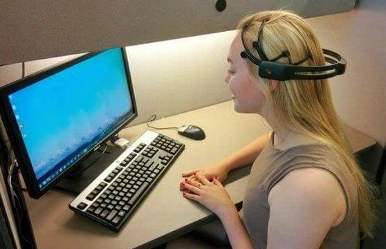 Mulher diante de computador