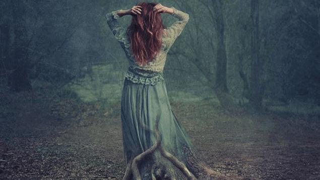 Mulher que sofre de depressão encoberta