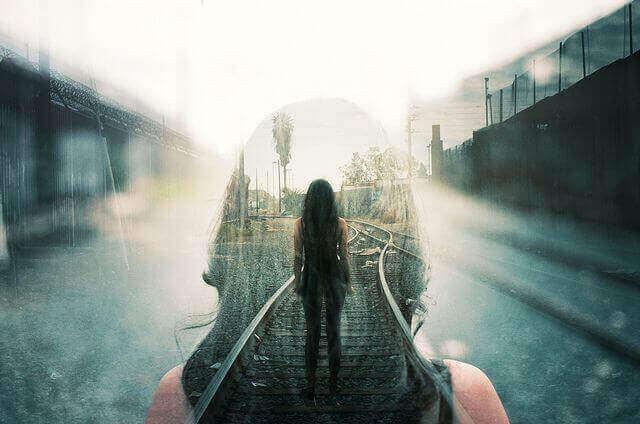 Mulher em trilho de trem