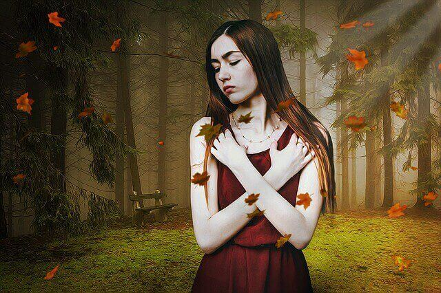 Mulher insegura em floresta