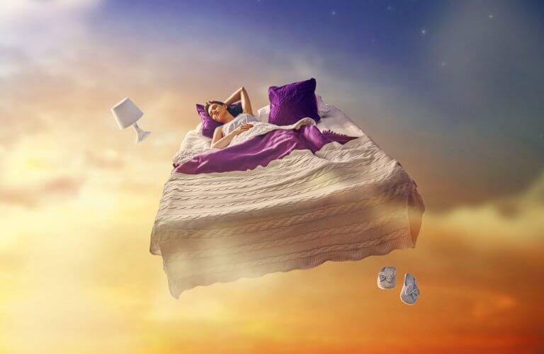 Mulher dormindo em cama flutuante