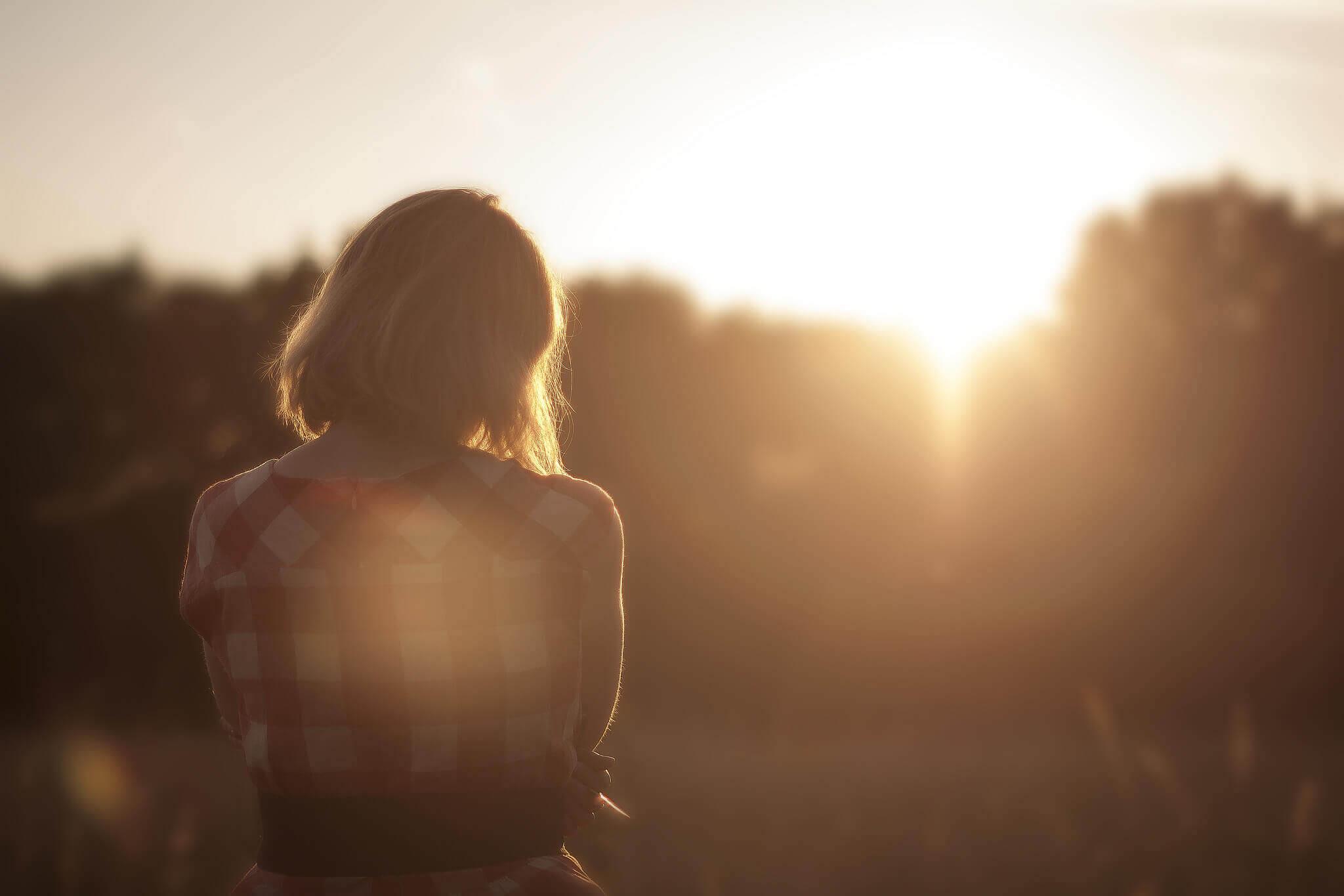 Mulher observando o sol