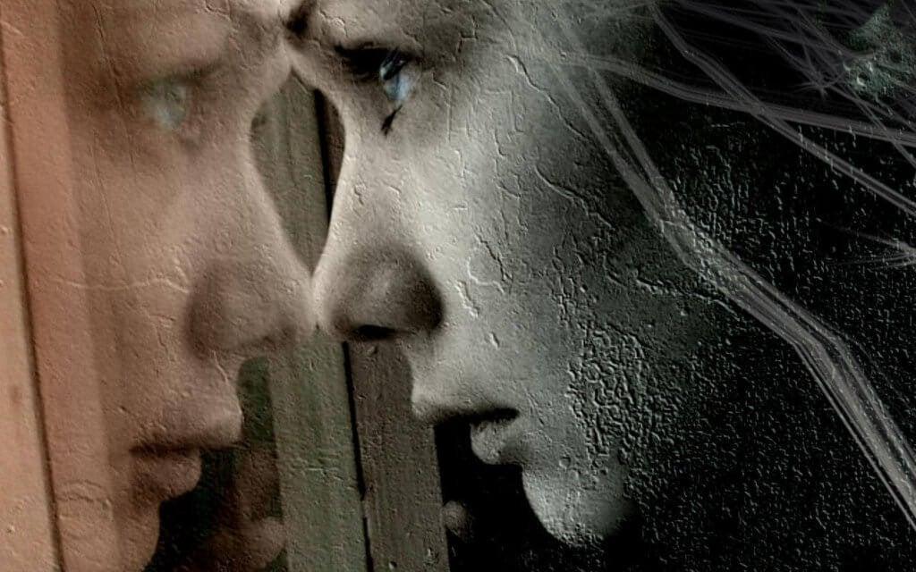 Mulher olhando por janela sentindo dor