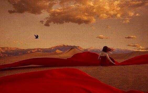 Mulher em deserto se conectando com sua essência