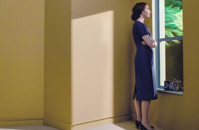 Pintura de Edward Hopper com mulher observando pela janela