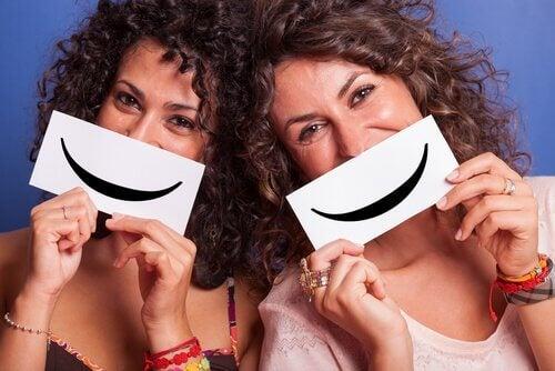 Amigas sorrindo e se divertindo