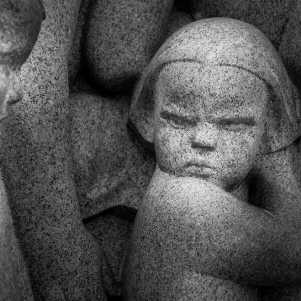 Estátua representando inveja patológica