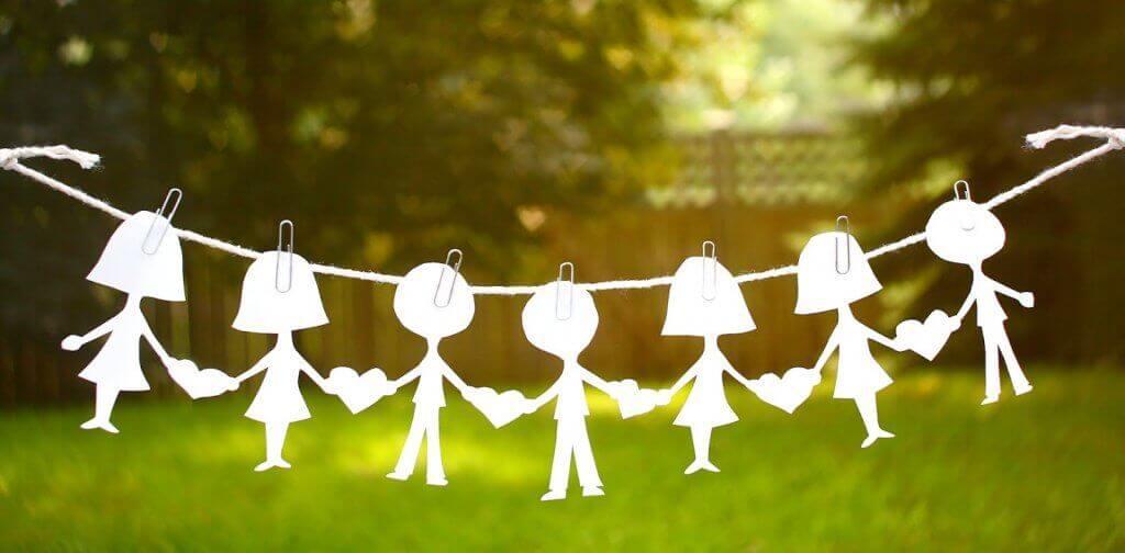 Varal com figuras de crianças penduradas